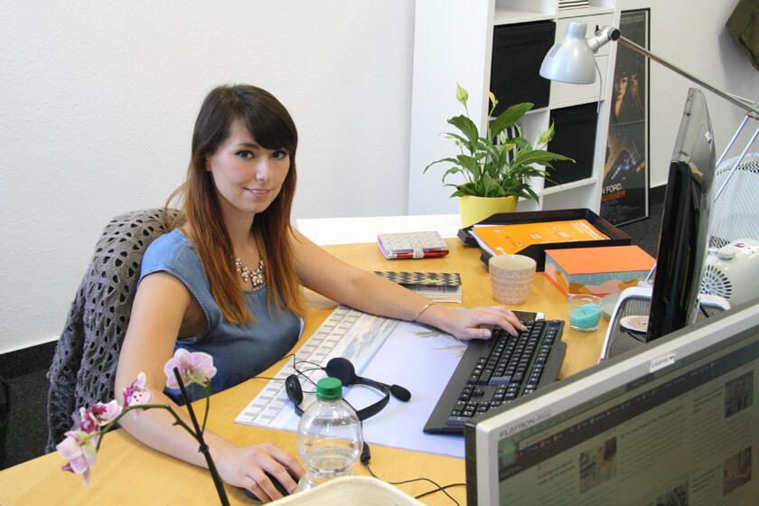 Digitale Leute - Virginia Kalla - employour - Sie sitzt gerne eng an ihrem Schreibtisch