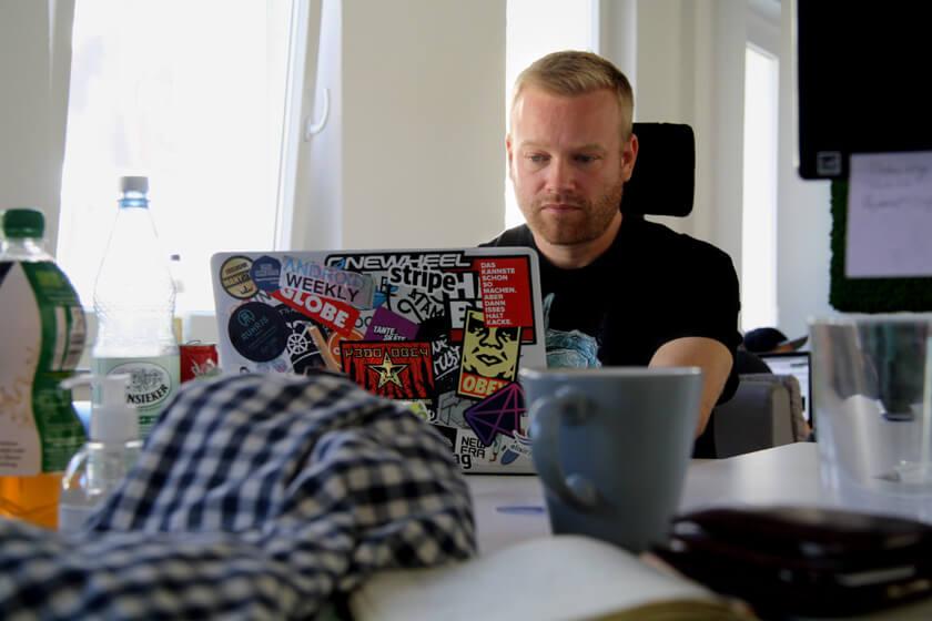 Digitale Leute - Sebastian Deutsch - 9elements - Viele Sticker auf Sebastians MacBook