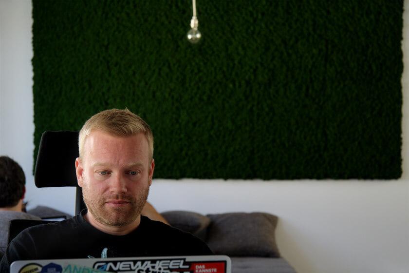 Digitale Leute - Sebastian Deutsch - 9elements - Mooskunst, Glühbirne und ein arbeitender Sebastian