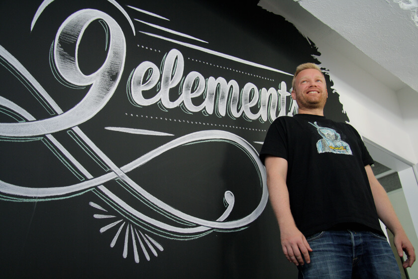 Digitale Leute - Sebastian Deutsch - 9elements - Heroshot vor dem Unternehmens-Logo