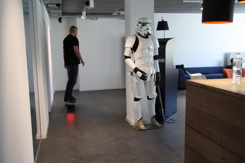 Digitale Leute - Sebastian Deutsch - 9elements - Sebastian fährt ein elektrisches Skateboard