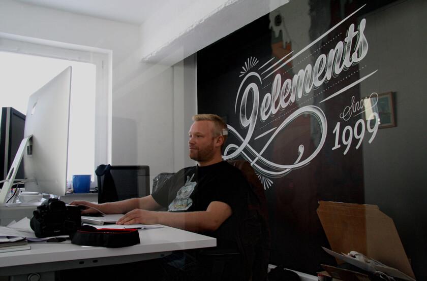 Digitale Leute - Sebastian Deutsch - 9elements - Sebastian an seinem Arbeitsplatz