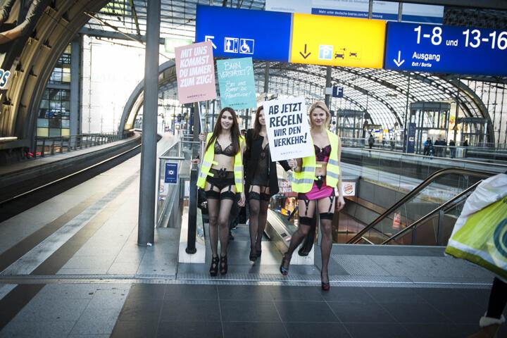 So erotisch setzte sich Amorelie zum Bahnstreik in Szene