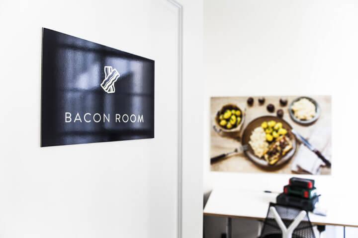 Wir treffen uns dann um 13 Uhr im leckeren Bacon Room
