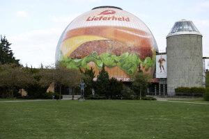 Ein richtig fetter Burger verdunkelt den Berliner Himmel