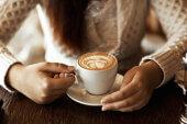 Gründer, die medial und genussvoll Kaffee trinken