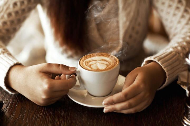 Gründer, die medial und genussvoll Kaffee trinken ...
