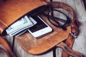 Wenn die Handtasche das Smartphone auflädt