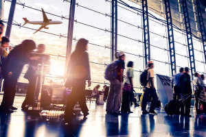 Stephan Uhrenbacher sitzt am Flughafen und nutzt Flio