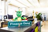 Die Finance Gang stellt das Schwarzgeld-Sparschwein hin