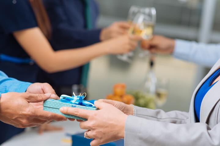 Geschenke an Mitarbeiter – dies gilt es zu beachten