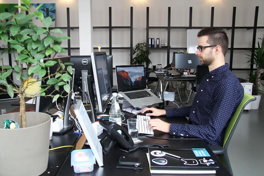 Inside Grandcentrix - Timo Joosten - iOS Developer - Timo an seinem Arbeitsplatz