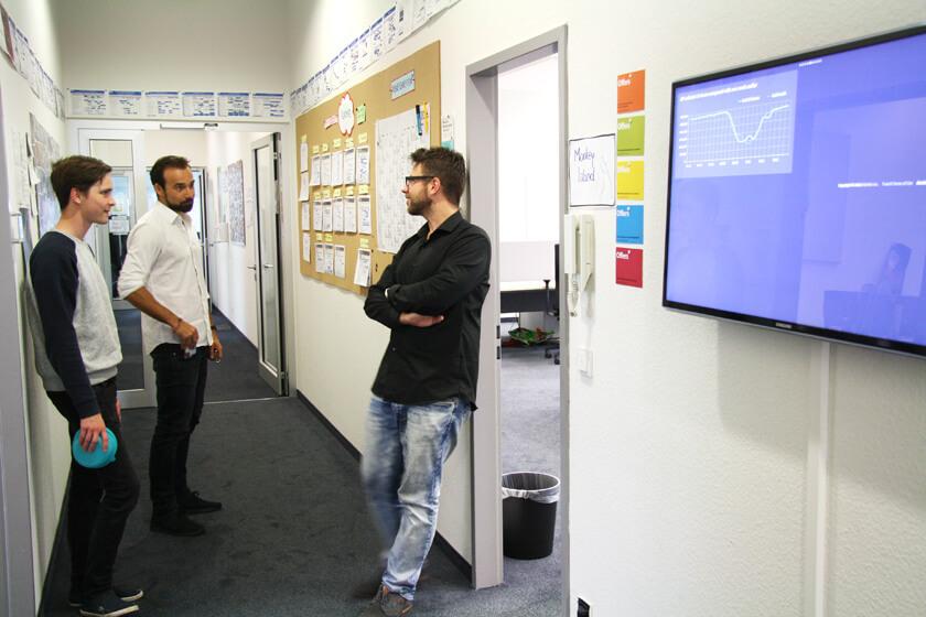 Inside Trusted Shops – Hendrik Lennarz – Executive Director Product & Technology - mit Entwicklern vor den Whitboards
