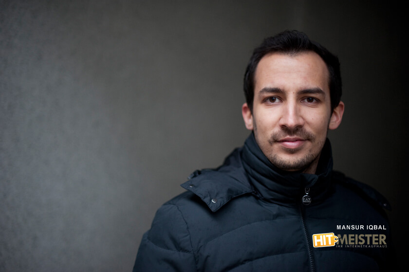 Inside Hitmeister - Mansur Iqbal - Software Developer - in Daunenjacke